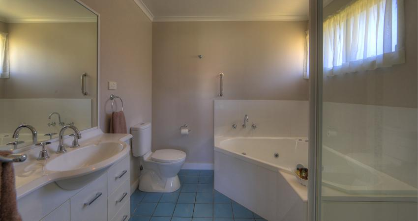 BIG4 Narooma Condo Spa Bathroom